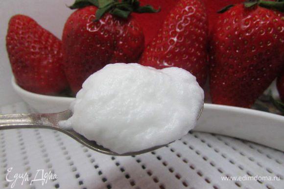 В кастрюле вскипятите 1 литр воды. Снимите с плиты. Из взбитых белков с помощью 2-х чайных ложек сформируйте клёцки (чайной ложкой зачерпните белковую массу, второй чайной ложкой сгладьте верхний слой) и опустите в в горячую воду. Закройте крышкой (крышка не должна касаться клёцок) и дайте настояться 4-6 минут.