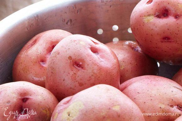 Молодой картофель очистить и отварить в подсоленной воде до готовности. Заправить маслом и черным перцем.