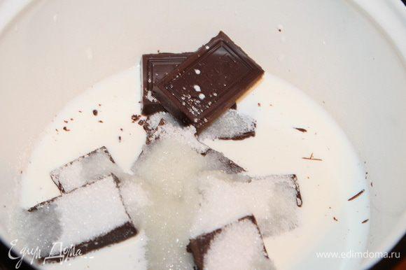 Выливаем сливки в сотейник, ломаем плитку шоколада, добавляем сахар и ставим на огонь.