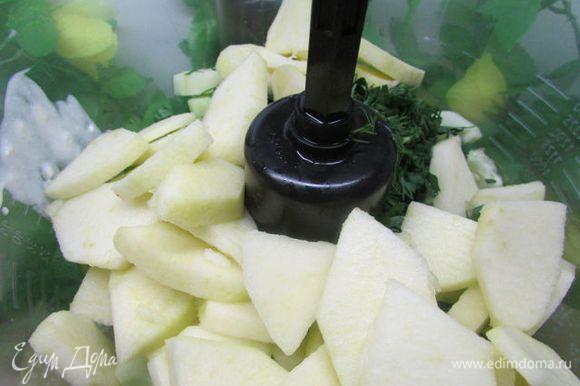 Яблоки, зелень, огурцы, перцы положите в чашу блендера и разотрите в пюре.