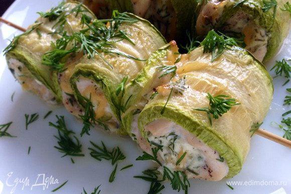 Рулетики присыпать зеленью и подавать к столу. Для соуса можно смешать сметану с зеленью, зубчиком чеснока и мелко порезанным болгарским перцем. Соль и перец по вкусу.