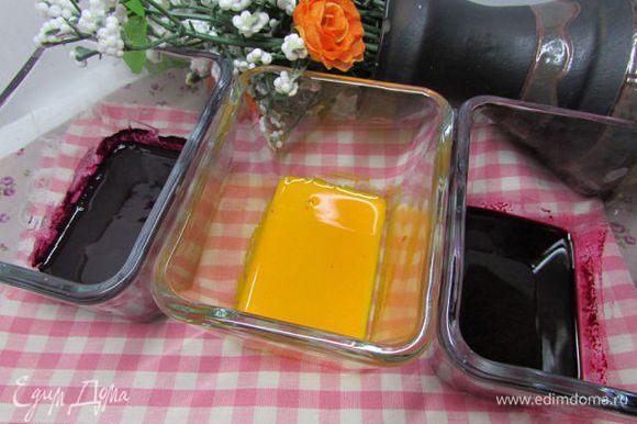 Подготовьте красители согласно инструкции на упаковке (разведите с небольшим количеством воды). У меня были - жёлтый, розовый и фиолетовый, к сожалению, два последних слились воедино. Рекомендую взять контрастные цвета. Можно взять натуральные красители - сок моркови, свёклы, шпината - цвет кекса будет менее ярким.