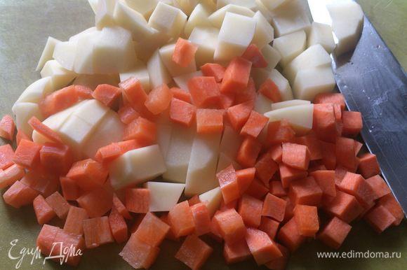 Картофель и морковь нарезать мелкими кубиками.