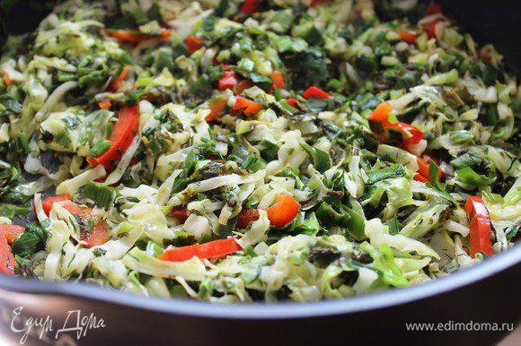 Разогреть в сковороде растительное масло. Выложить капусту с зеленью и жарить на среднем огне примерно 5-6 минут, пока не выпарится лишняя жидкость. Приправить солью и сахаром. Охладить.