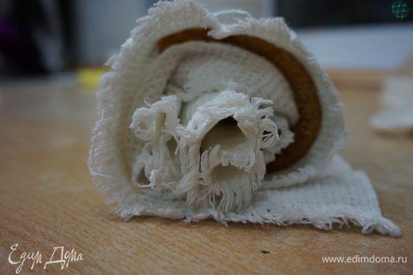 Накрываем чистым полотенцем, снимаем с противня и сворачиваем в рулет.