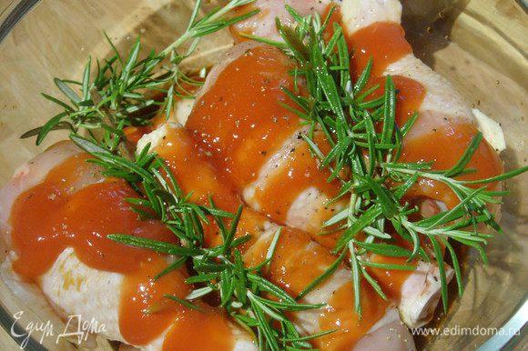 Куриные голени, т.к. в списке их не нашлось, а у меня именно они))) помыть, посолить, поперчить, залить кетчупом, соевым соусом, оливковым маслом.