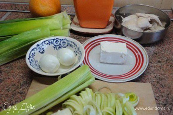 Куриные грудки (а не окорочка, как указано в рецептуре) и яйца отварить. Нарезать мелкими кубиками. Петрушку также мелко нарезать.