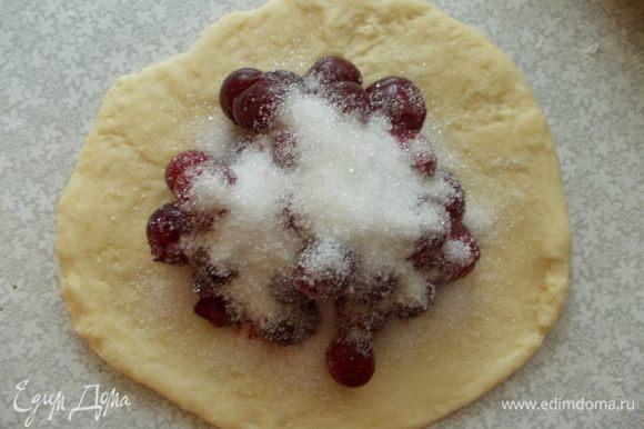 Тесто раскатать, выложить вишню, обильно посыпать сахаром. Скрепить хорошо края.