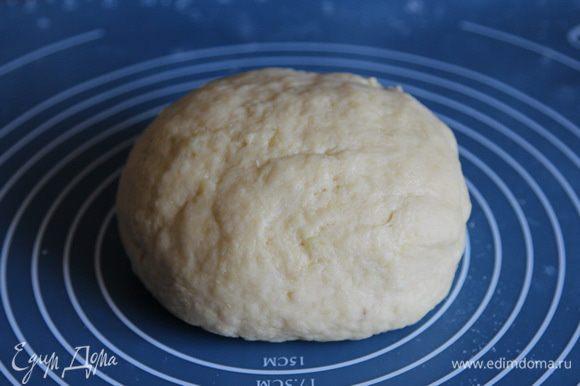 Добавляем картофельное пюре к смеси масла, сахара и яиц - хорошо вымешиваем. Затем добавляем разрыхлитель и порциями муку. Муки потребуется 350-400 грамм, поэтому я отвесила отдельно 350 грамм и 50 грамм отдельно. В этот раз потребовалось ровно 350 грамм. Замешиваем мягкое и эластичное тесто. Оно не липнет к рукам и очень приятное по консистенции. Накрываем пленкой и отправляем в холодильник минимум на 20 минут. Я в этот раз держала в холодильнике 30 минут.