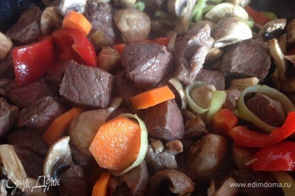 Добавьте овощи, посолите и поперчите.