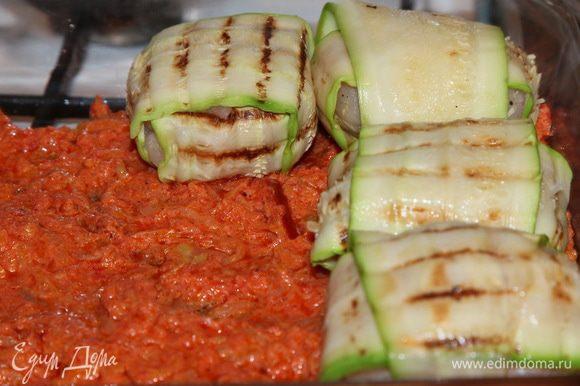 """В форму для запекания выкладываем в один слой половину томатного соуса и выкладываем сверху """"клубочки""""."""