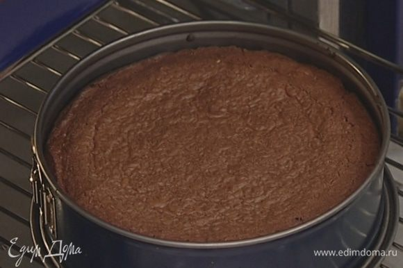 Выпекать торт в разогретой духовке 35 минут, затем остудить.