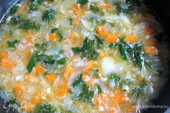 Разогреть в сковороде с толстым дном оливковое масло, обжарить на небольшом огне лук, морковь, сельдерей, чеснок и листики петрушки примерно минут 5. Добавить свежемолотый черный перец (можно заменить кайенским), соль. Влить вино.