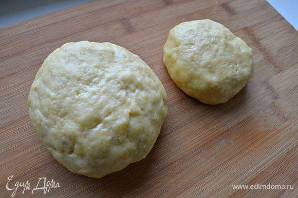 Быстро вымесите тесто, разделите на две части, одна из которых - немного больше. Заверните оба шарика в пищевую плёнку и уберите в холодильник на 30 мин.