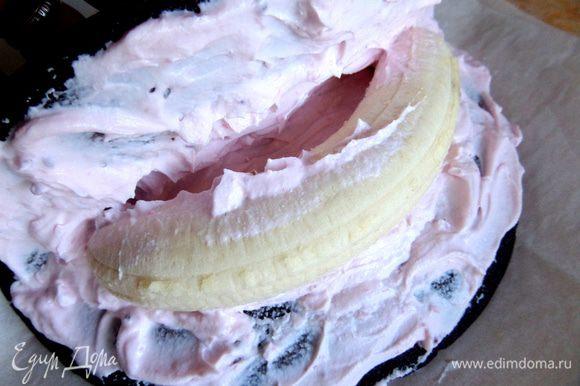 Укладываем бананчик...Не забудьте промазать кремом изгиб банана,иначе при разрезании будет видна пустота!