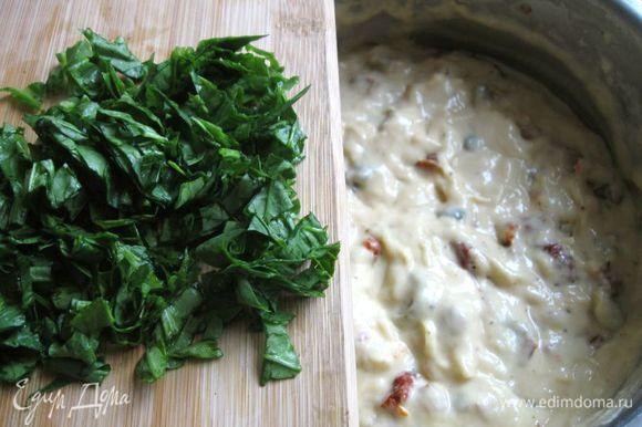 Добавить в тесто сыр, томаты, оливки, каперсы. Шпинат порезать и добавить к смеси. Перемешать аккуратно до соединения консистенций, но не слишком долго и усердно, чтобы кекс мог подняться в духовке.
