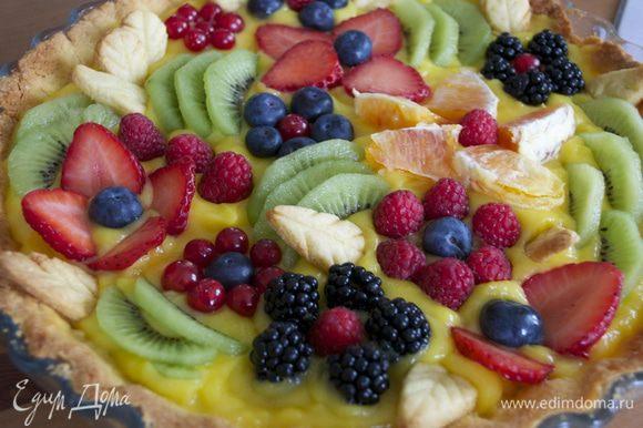 А теперь осталось украсить нашу кростату..., придав ей вид... летнего сада! ))) Здесь можно пофантазировать! Мне захотелось повторить рисунок, как на кростате, увиденной мной в журнале... Мне потребовались клубника, малина, ежевика, черника, немного красной смородины, киви и апельсин! Выложить фрукты и ягоды, образуя цветочные узоры! ))) Добавить листики из теста.