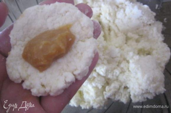 """Из творожной массы берем по понемногу и формируем """"котлетку"""" , на середину выкладываем начинку. * Примерно по 1 ч.л на каждый сырник. Я использовала домашнюю вареную сгущенку, по рецепту Светланы - http://www.edimdoma.ru/retsepty/66427-domashnyaya-varenaya-sguschenka"""
