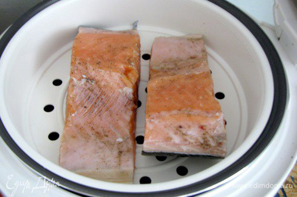 Форель натереть солью и перцем, можно добавить ваши любимые травы или специи. Отварить на пару в течении 15 минут.