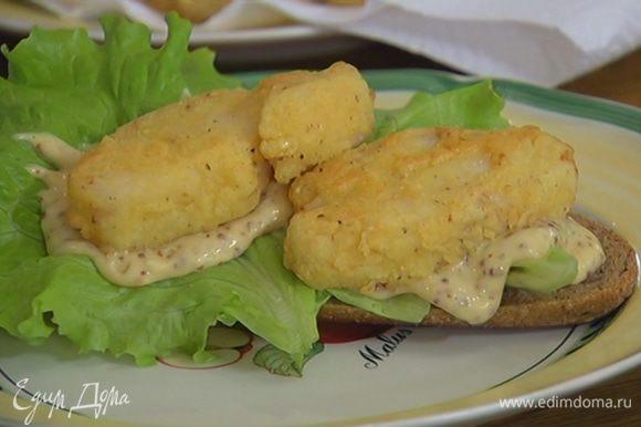 улку разрезать вдоль пополам, на одну половину поместить салатные листья, смазать майонезным соусом, выложить кусочки рыбы.