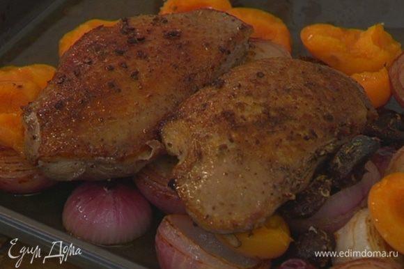 Вынуть противень из духовки, выложить на лук с абрикосами обжаренные грудки кожей вверх и отправить все обратно в духовку еще на 8‒10 минут.