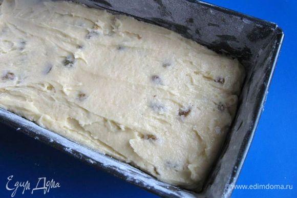 Выложить ее в смазанную маслом и посыпанную мукой форму размером 10 х 20 см. Разровнять верх с помощью лопаточки.