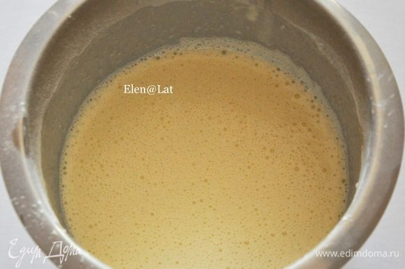 Готовим крем. Для него вскипятить 2 стакана молока с сахаром. Третий стакан молока взбить с яйцами. Добавить муку и крахмал. Перемешать до однородности.