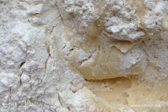 Соединить обе смеси, постепенно вводя сухие ингредиенты в жидкую массу.