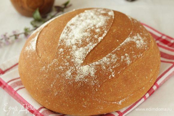 Духовку прогреть до 240 градусов. В низ духовки поставить емкость с водой и выпекать хлеб первые 15 минут с паром. Через 15 минут емкость убрать, снизить температуру до 190 градусов и выпекать еще минут 40-45. Готовый хлеб остудить на решетке. Полотенцем не накрывать.