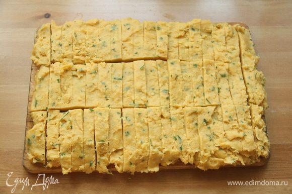 Минут через 10-15 нарезать пласт на брусочки 6-7 см длиной.