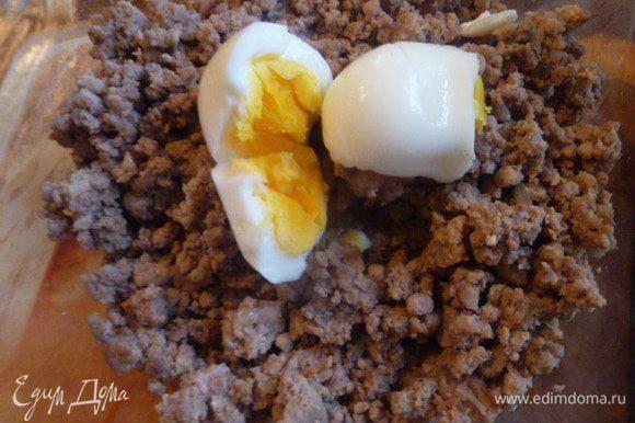 Фарш обжарить на растительном масле до готовности. Добавить 1 вареное яйцо.