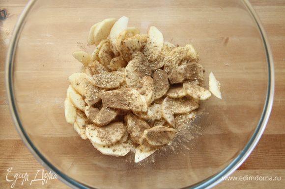 Яблоки очистить и нарезать тонкими лепестками. Присыпать корицей и сахаром.