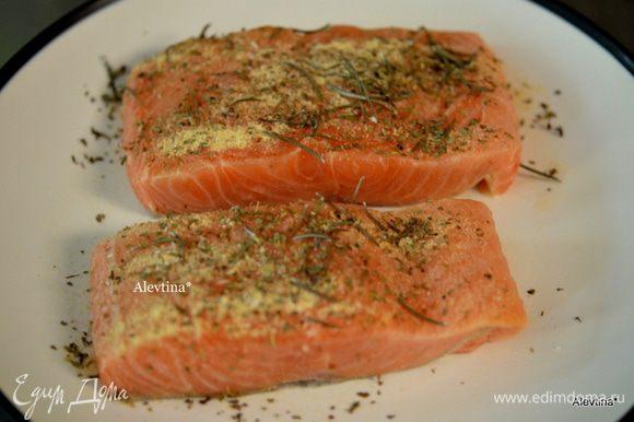 Посыпать филе рыбы смешанными специями.