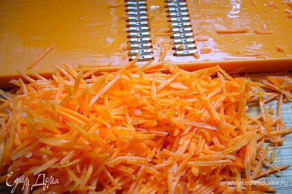 Для маринада в уксусе растворить соль, сахар. Добавить масло, взбить. Морковь натереть на терке для корейской моркови.