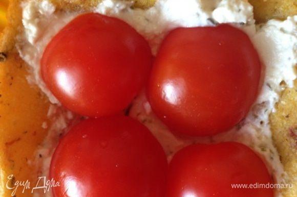 Достаем готовые тарталетки, заполняем их козьим сыром (я делала тонкий слой, где-то по 1 ч.л. на штуку, но можно заполнить полностью, тогда сыра берите грамм 100). Поверх сыра укладываем половинки помидорок и ставим обратно в духовку минут на 7, чтобы сыр расплавился, а томаты стали мягкими.