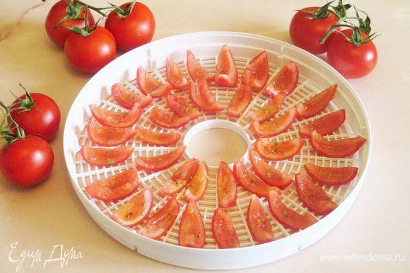Вялить помидоры, т.е. их дольки очень удобно в электросушилке. Для этого их нужно нарезать, удалить семена, посыпапать специями по вкусу, разложить срезом вверх на решетках и включить сушилку.
