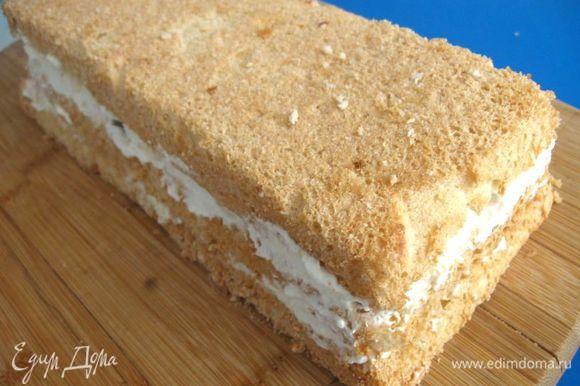 Накрыть последним куском бисквита. Оставшимися сливками обмазать торт снаружи сначала слегка. Потом — толстым слоем, чтобы торт был белым.