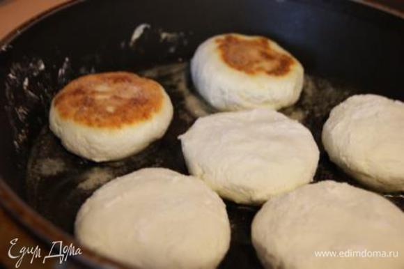 Сформировать сырники, обвалять в муку, обжарить на сковороде, смазанной растительным маслом.