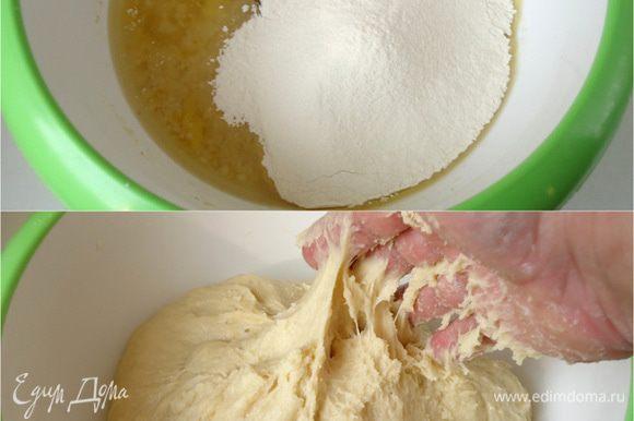 растительное масло. Перемешать. Все продукты должны быть комнатной температуры. Муку просеять. Замесить тесто, хорошо вымесив его руками. Тесто будет немного липким, но уже отстает от рук.