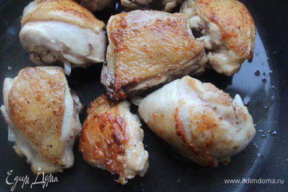 Цыпленка порубить на порционные куски. Если нет цыпленка, то можно использовать любые части курицы - бедра, крылья, голени... Обжарить мясо с обеих сторон до румяной корочки.