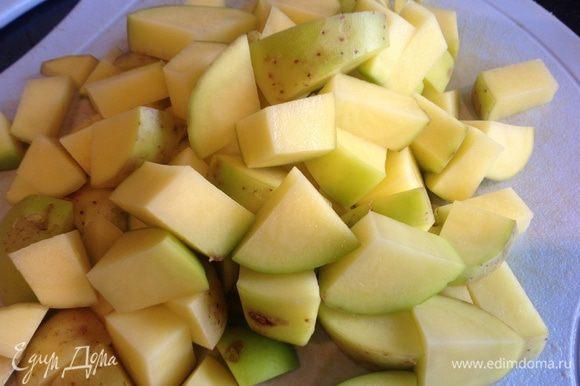 Духовку нагрейте до 200 градусов. Картофель отмойте щеткой, нарежьте прямо в шкурке на кусочки среднего размера.