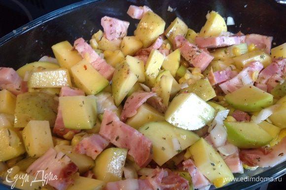 В смазанную маслом форму положите картофель, лук, кукурзу, веточки тимьяна и розмарина, посолите, приправьте перцем и орегано, сбрызните оливковым маслом.