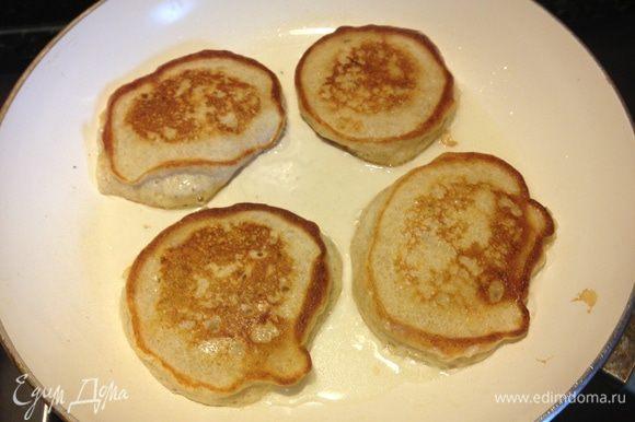 Разогреть растительное масло на сковороде и выпекать оладьи на небольшом огне (иначе середина не пропечётся). Переворачивать лучше тогда, когда тесто начнёт слегка пузыриться.