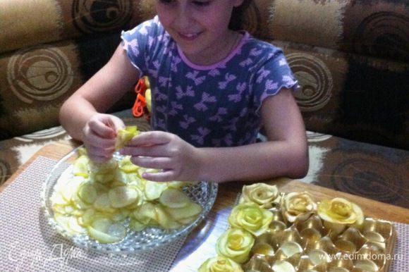 А еще, мы с одной юной леди, готовили торт на день рождения ее мамочки. Эта принцесса очень старательно лепит яблочные розочки на торт. Получилось у нее с первого раза.