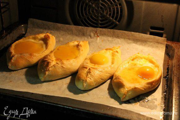 """Выпекать в заранее разогретой до 180 градусов, духовке, 20 минут. Затем вынуть противень, и в середину каждой """"лодочки"""" аккуратно влить по 1 яйцу. Вернуть в духовку. Печь до готовности яичного белка, около 7-10 минут."""