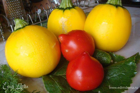 Готовим кабачки: срезаем крышкой верхушку и ложкой удаляем сердцевину для начинки, одного помидора достаточно, нужно 3 колечка