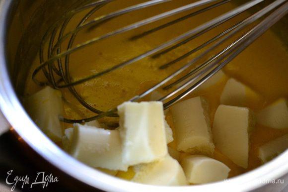 Готовим творожный мусс. Желтки смешать с сахаром и молоком, поставить на маленький огонь и варить, постоянно помешивая до небольшого загустения, пока сахар весь не растворится.
