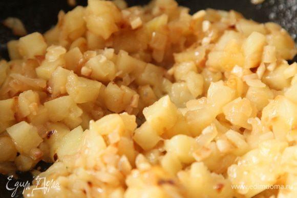 Лук нарезаем полукольцами, чеснок мелко нарезаем и пассеруем на растительном масле до золотистости. Затем добавляем порезанные кубиком очищенные яблоки и, помешивая еще готовим минуты 3-4.