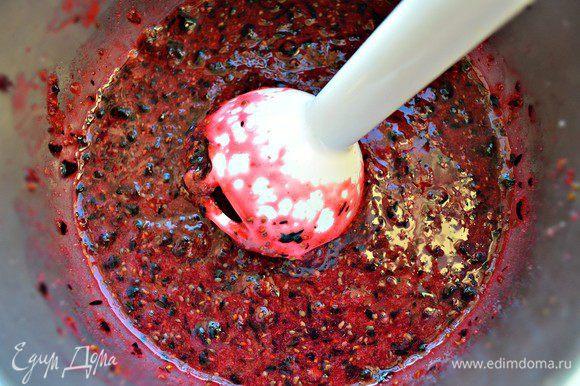 В блендере чёрную смородину перетереть с сахаром. Количество сахара регулируйте по вкусу, в зависимости от того, на сколько сладкая или кислая у вас ягода.