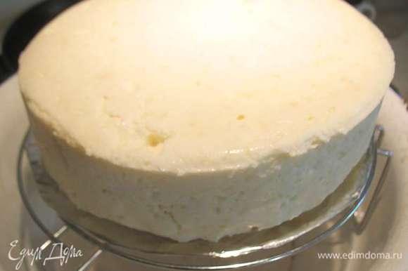 С торта снимаем форму и ставим его на решетку.